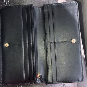 Marc Jacobs Bags - 💯 authentic Marc Jacobs bi fold wallet
